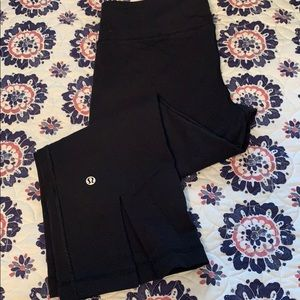 Lululemon EUC crop Luon pants size 8 Black